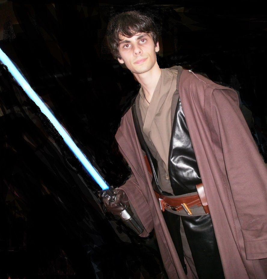 C'est la grand-mère du Jedi qui a cousu le manteau avec une aiguille laser. Le tombé est particulièrement réussi. Bravo Mamie !