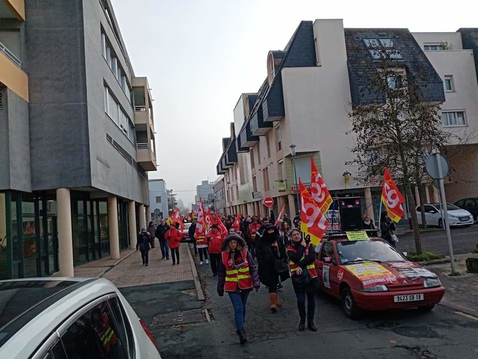 Manifestation du 10 décembre : environ 1000 personnes à Vierzon #RetraiteMacronNonMerci #OnLacheRien