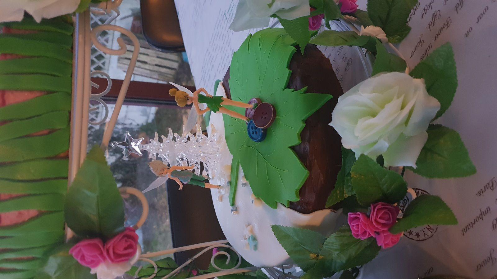 Gateaux pâte à sucre chocolat mousse chocolat et ganache chocolat et deux gâteaux bavarois framboise.