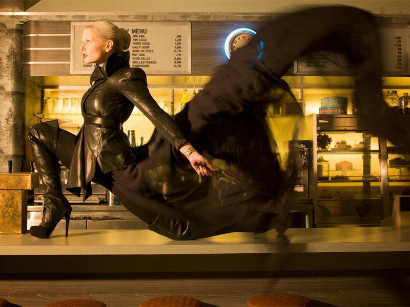 """Je fini la série d'images par une Emma Swan dont la transformation en """"Ténébreuse"""" n'est pas encore achevée. Et vraiment je lui trouve tellement plus de swag badass en noir ..."""