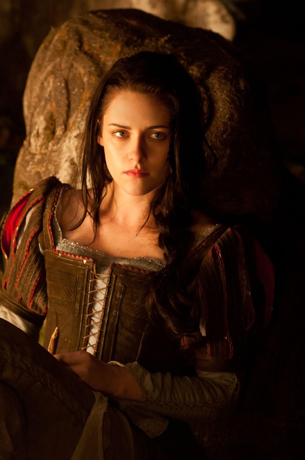 Voilà Blanche Neige, pucelle en armure comme une certaine Jeanne d'Arc, mais aussi pucelle qui parle au troll, qui se perd dans la forêt et qui rencontre des gens.