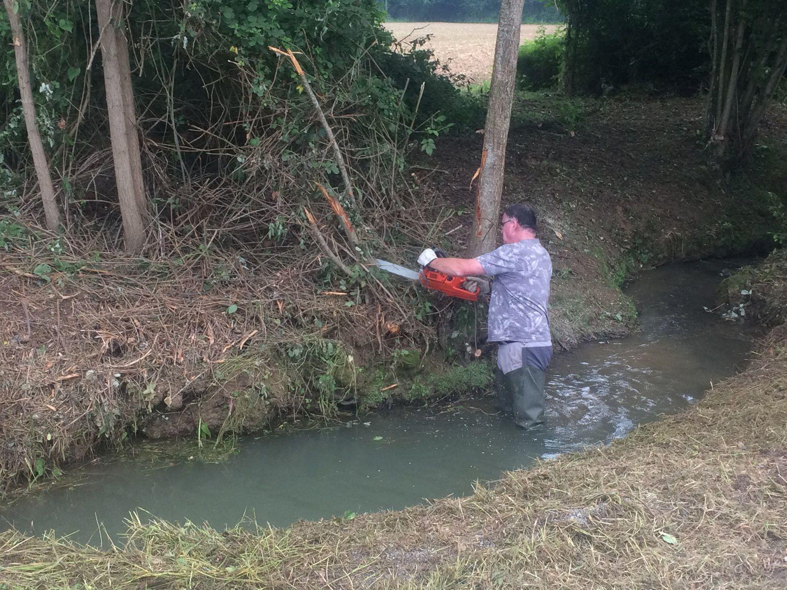 Au cours du nettoyage des abords du ruisseau