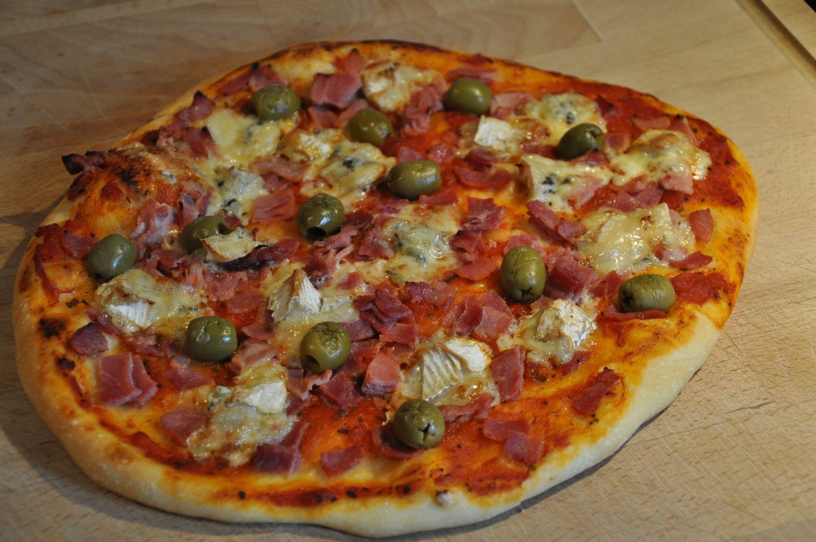 Pizza tomates-jambon-chèvre et olives