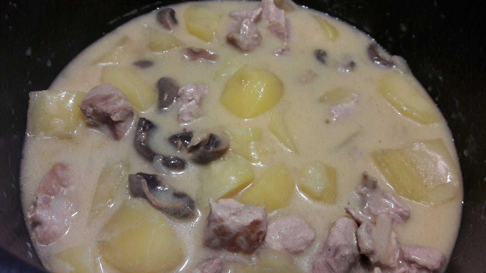 Sauté de porc a la moutarde avec pommes de terre et champignons