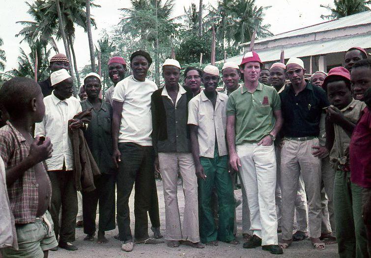 p. Giuseppe Brunelli con alcuni giovani in Mozambico