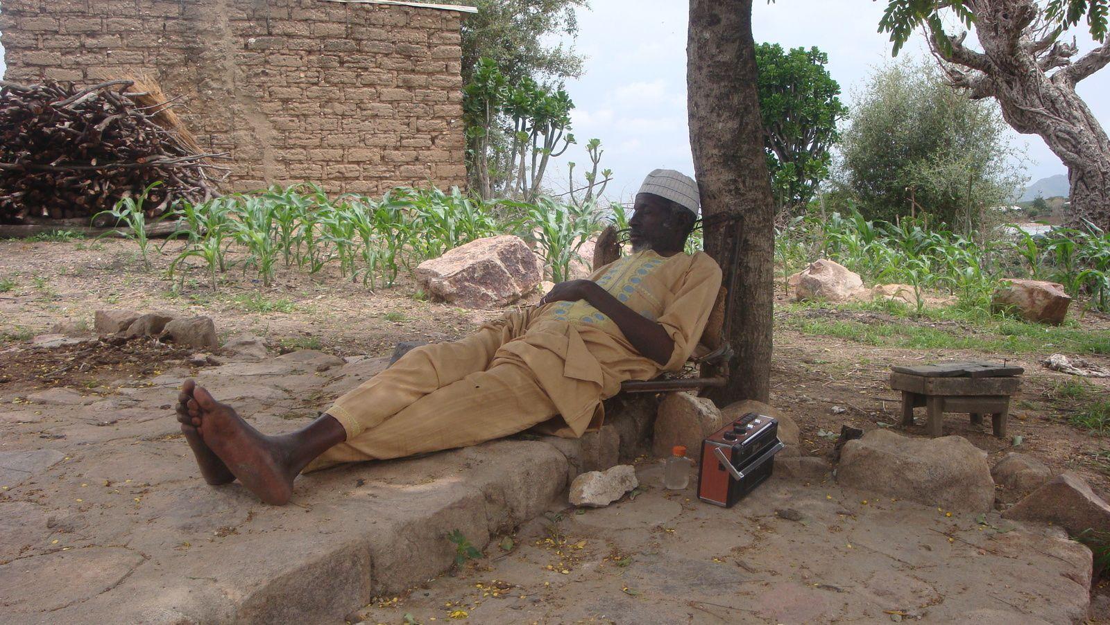 Un badaud dans l'extrême-nord du Cameroun, près de la frontière nigériane.