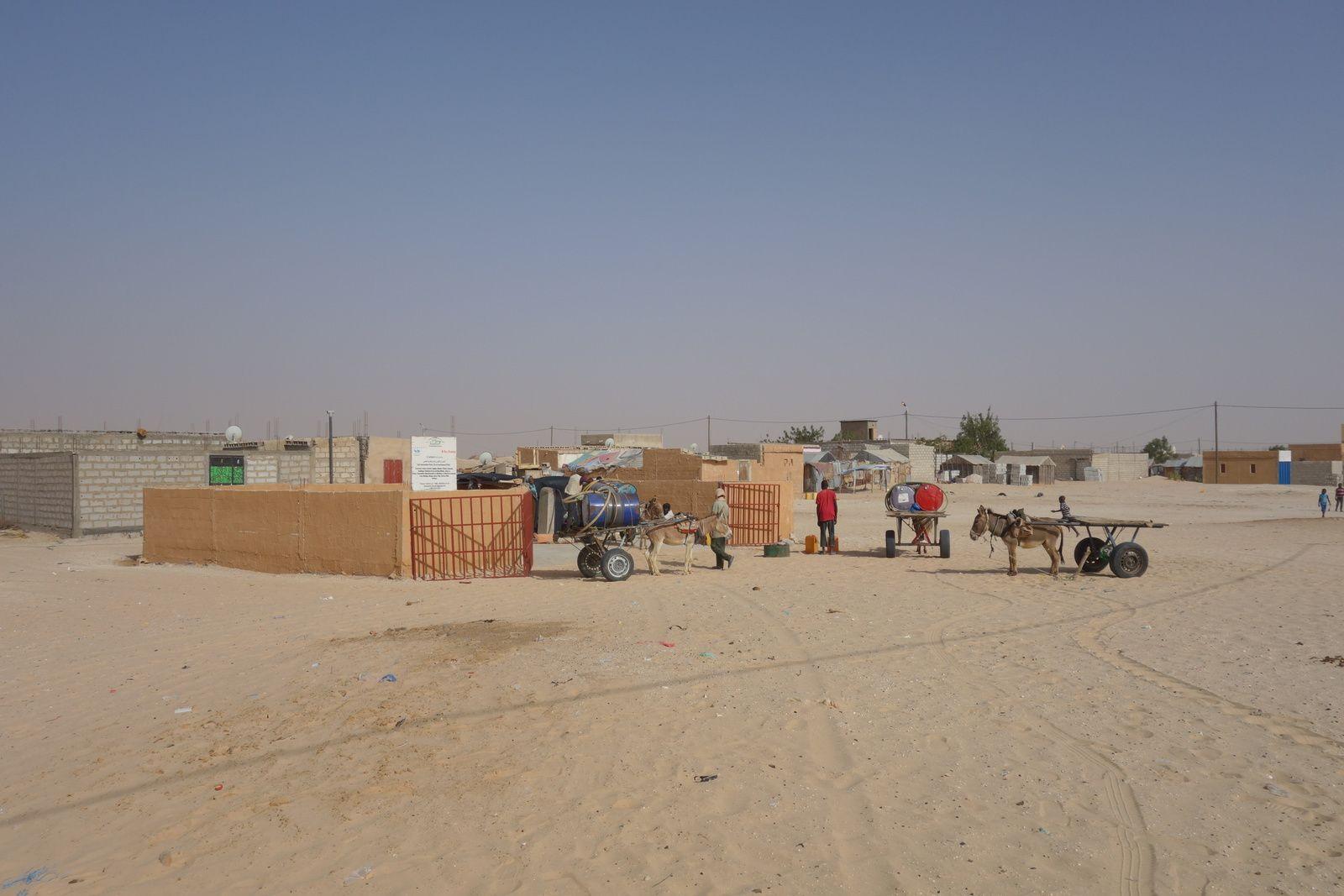 Quartier de Tarhile, dans la commune de Riyad, à Nouakchott. Dans plusieurs zones périphériques de la capitale, l'accès à l'eau courante pose encore de sérieux problèmes, sans parler de l'absence de système d'évacuation des eaux usées, ou encore souvent de phénomènes de fécalisme à ciel ouvert. Alors que les travaux se sont multipliés ces dernières années dans le centre-ville pour améliorer la « vitrine » de Nouakchott, à la veille de sommets internationaux, dans les quartiers périphériques où ont été relogées des populations, les initiatives de développement se font clairement attendre.
