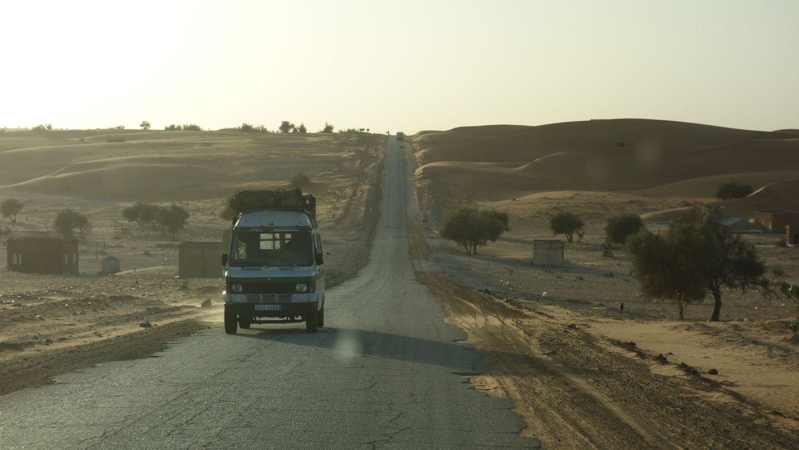 La route dite de l'Espoir, entre Nouakchott et Aleg, capitale de la région du Brakna.