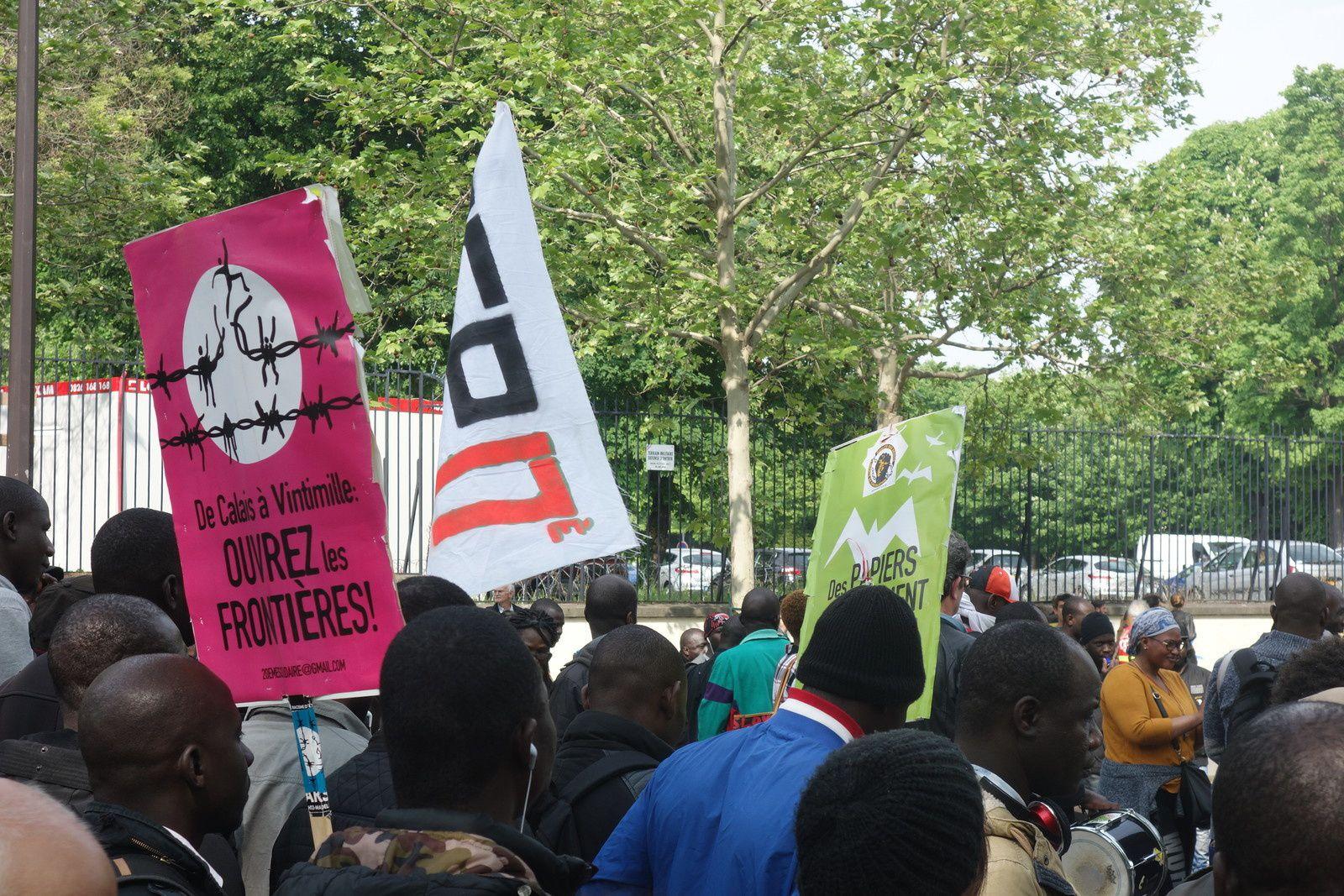 Dans la manifestation du 1er mai, jour de la Fête du Travail, à Paris. Ici, des militants pour l'ouverture des frontières et l'accueil des migrants et des réfugiés.