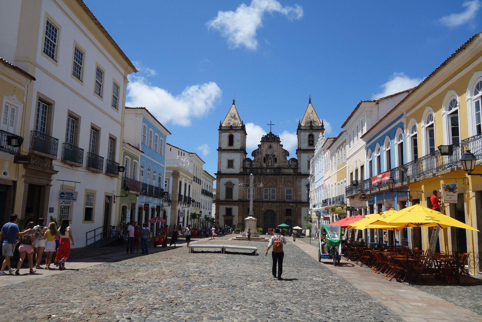 Place du Terreiro de Jesus, quartier du Pelourinho, dans le centre historique de Salvador (État de Bahia).