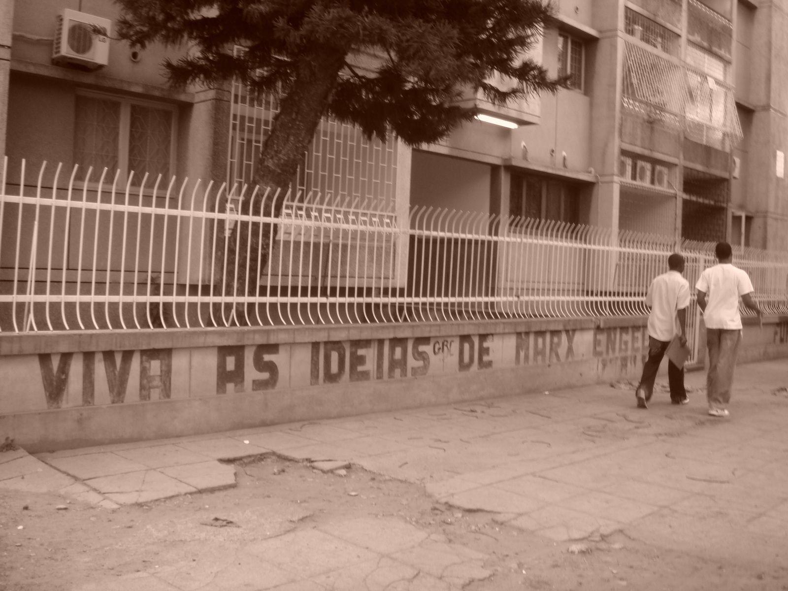 Inscriptions murales dans les rues de Maputo, stigmates de la période socialiste.