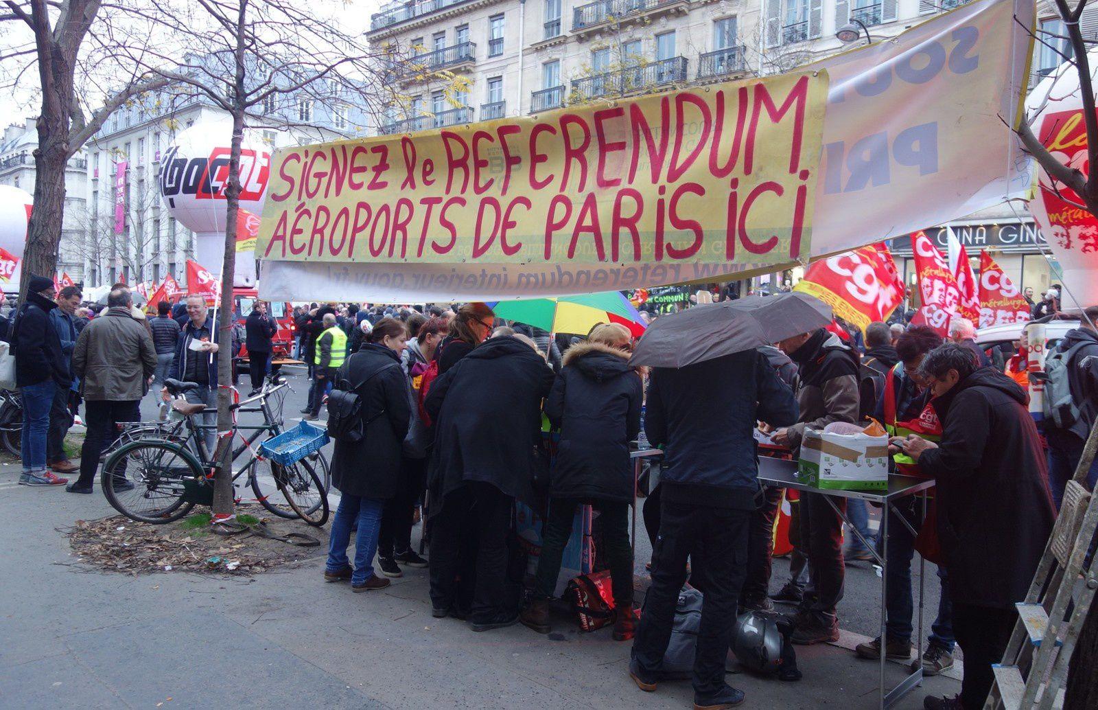Stand pour collecter des soutiens à l'organisation d'un référendum sur ADP, en marge d'une manifestation contre la réforme des retraites, à Paris le 17 décembre 2019.