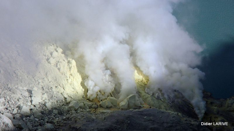 Au fond du cratère, on devine les mineurs minuscules, qui respirent des vapeurs nocives...
