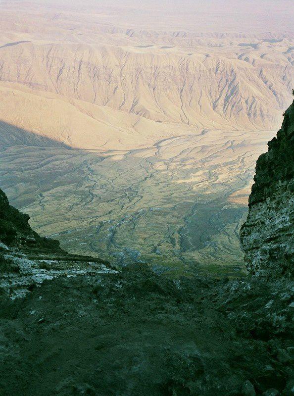 Vue du rift Africain du haut du Lengaï....Et la descente périlleuse dans la lave figée et déchiquetée