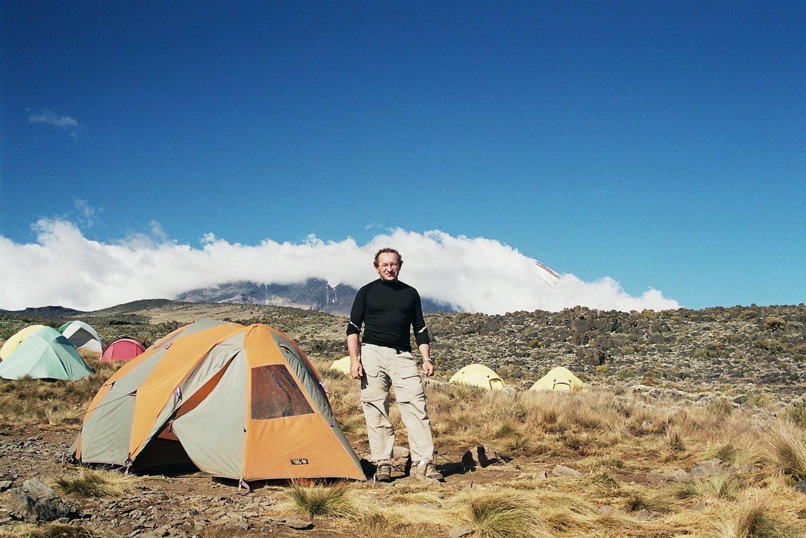 Le Kili émerge au loin....2ème bivouac à Shira Hut (3730 m)