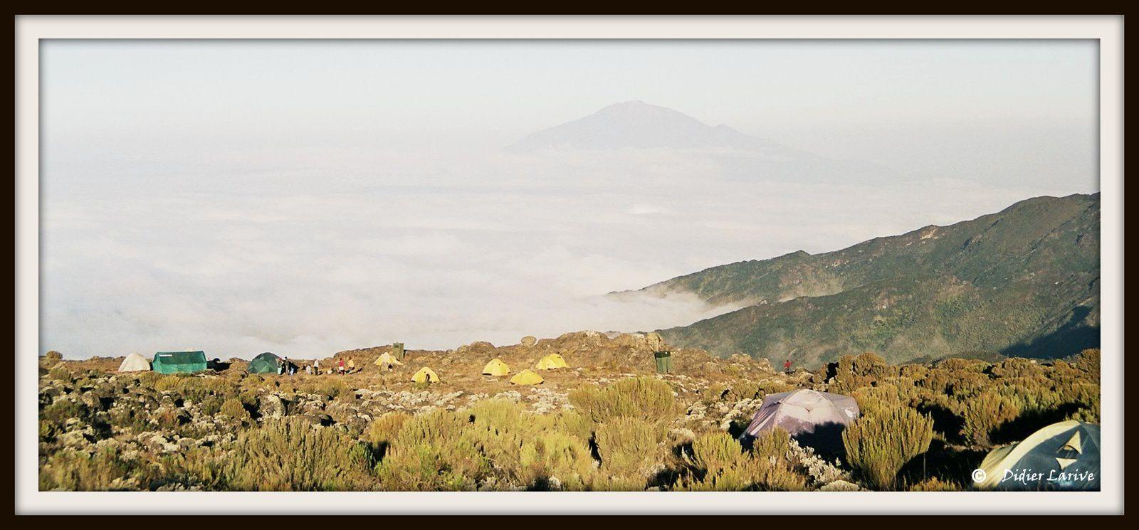 Au dessus de la mer de nuage le Mont Méru, et les forêts de Sénecons géants...