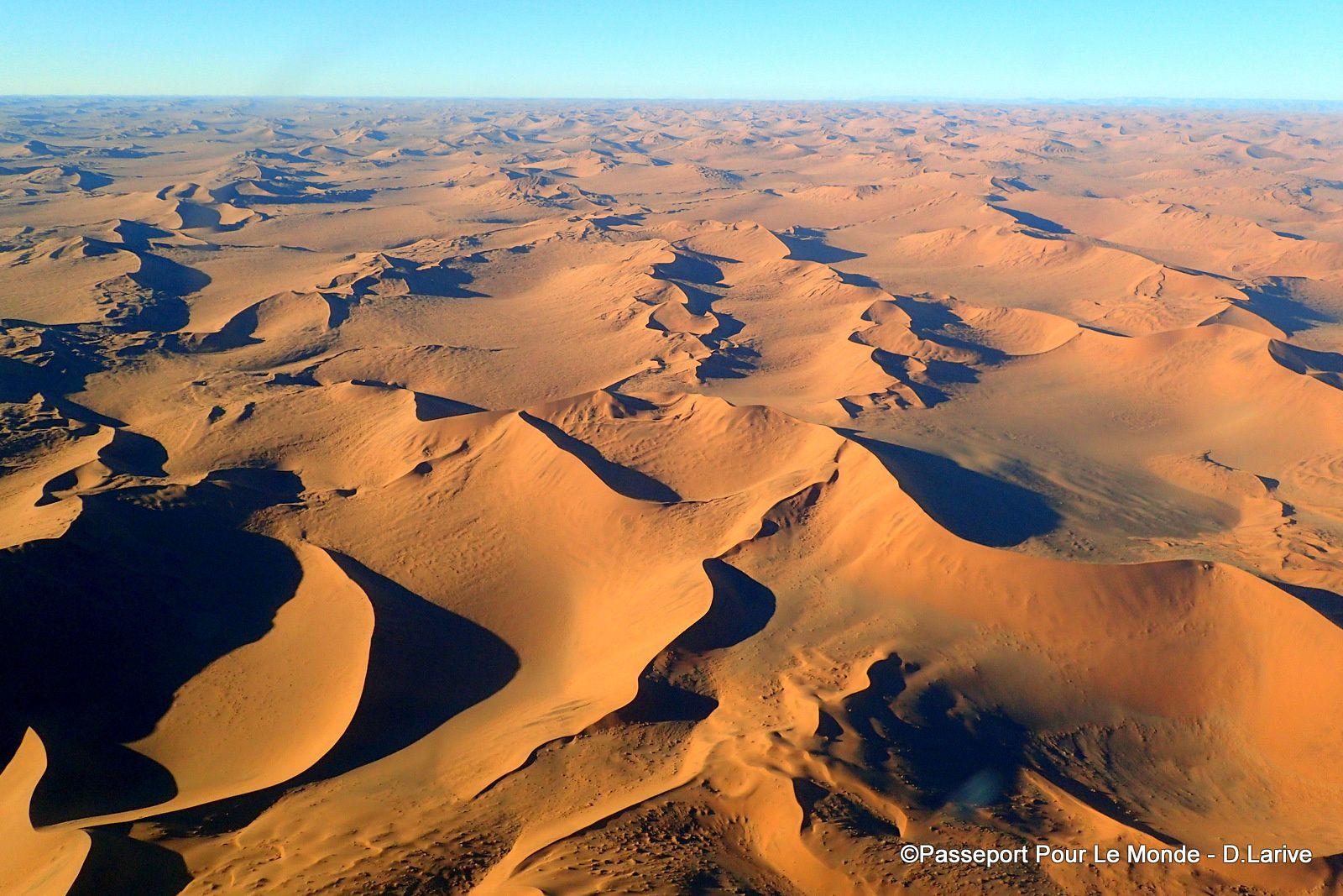 """En haut, les """"Star Dunes"""", en bas """"Les dunes de Barchan"""""""