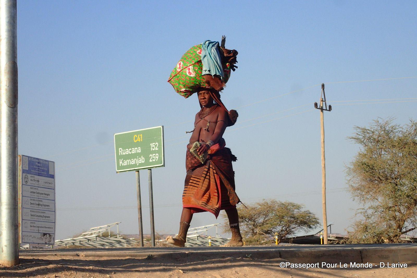 Les Himba investissent la ville (Epupa) et se rendent au supermarché !