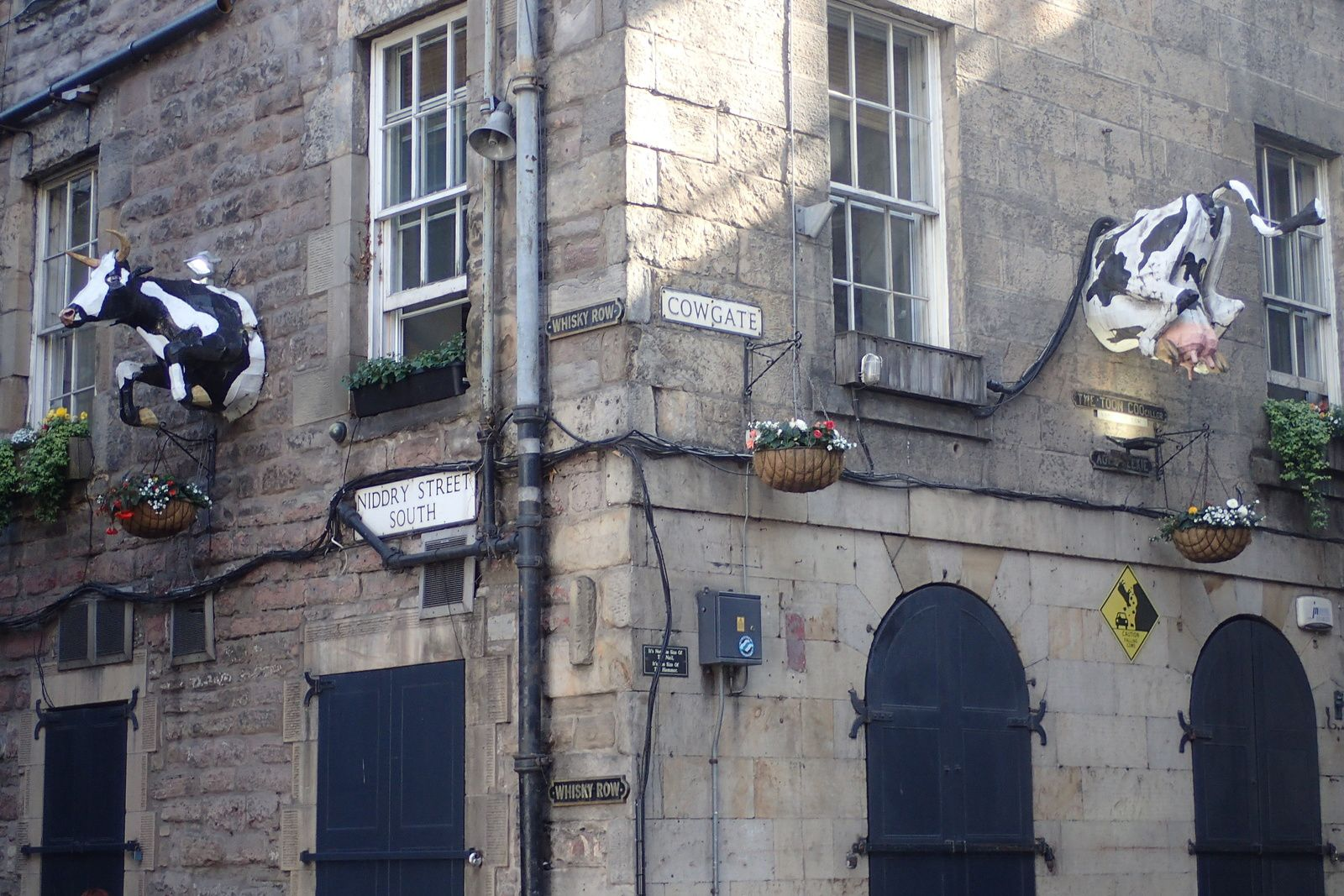 COWGATE Whisky_Row Niddry street south edinburgh Insolite
