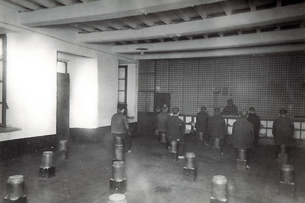 La cellule de discipline - Déroulement de la punition de la salle de correction ou de discipline - Photographies Henri Manuel