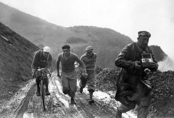 12 juillet 1932, 5e étape entre Pau et Luchon : André Leducq est encouragé dans la montée d'un col et suivi par un photographe.