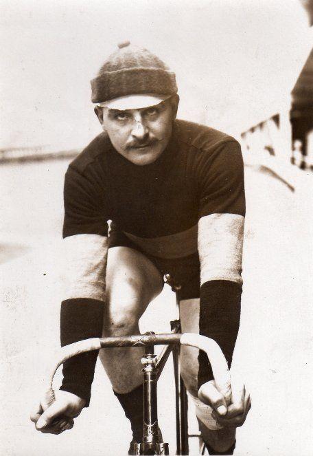 François Faber à l'arrivée de Paris – Roubaix. / François FABER né le 26 janvier 1887 à Aulnay-sur-Iton (Eure - France) décédé le 9 mai 1915 à Carency (Pas-de-Calais - France) © Jean-Marie Letailleur