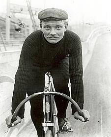 La Première Guerre mondiale n'avait pas encore éclaté. C'était un temps où les vélos n'étaient pas en carbone. On est en 1904, l'année où le Desvrois Henri Cornet gagne le deuxième Tour de France de l'histoire. Ce grand oublié est remis en selle à l'occasion d'un livre qui raconte son aventure