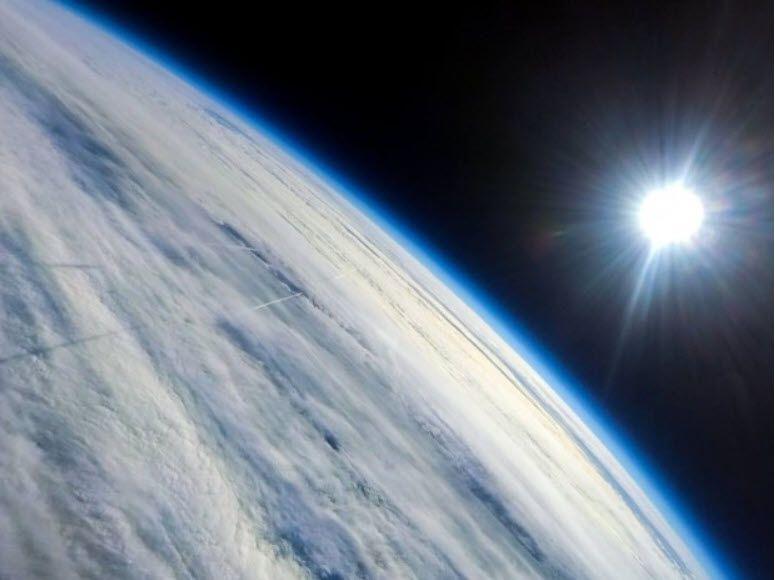 Vue de l'atmosphère depuis un ballon stratosphérique. © Matt Harasymczuk