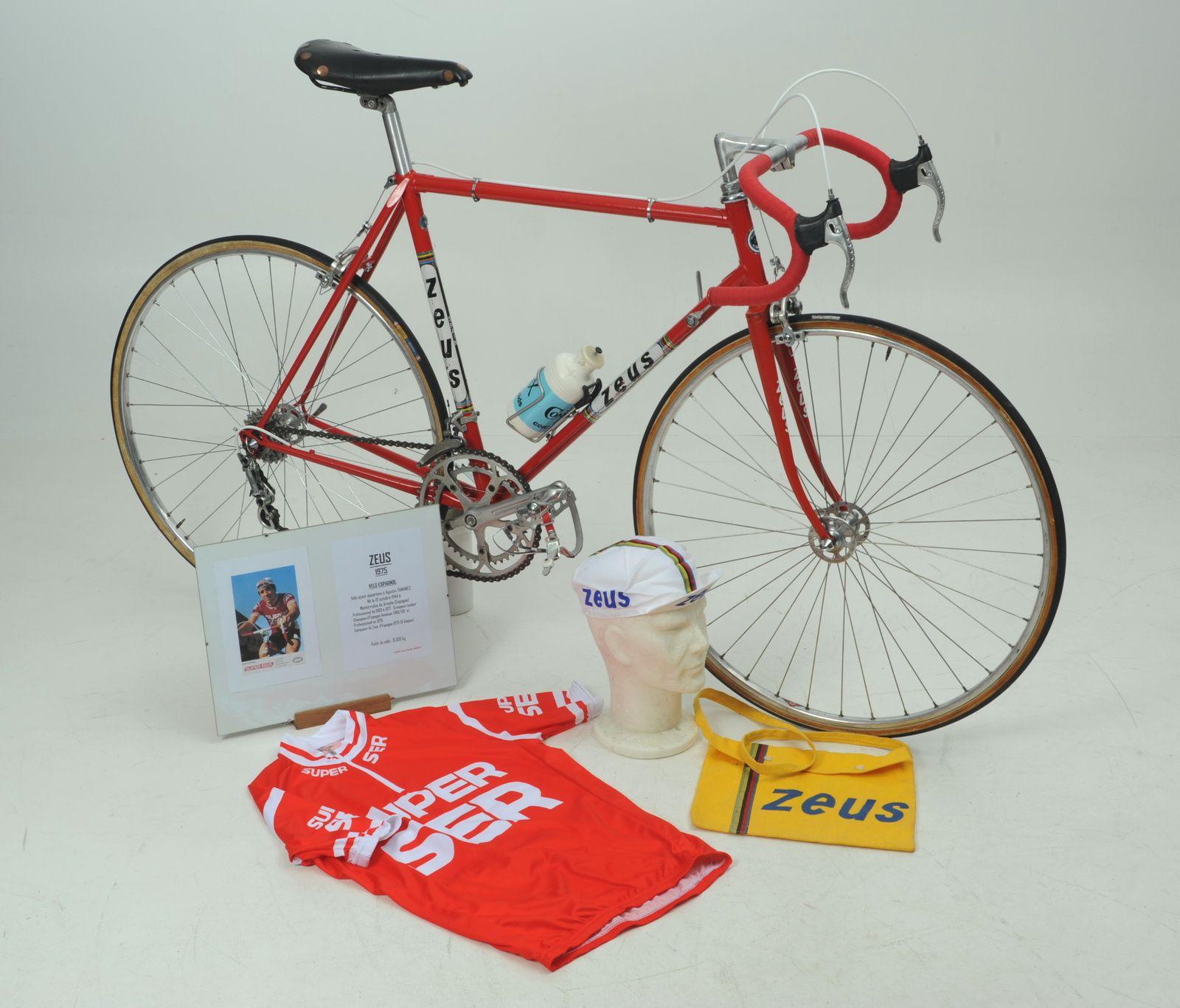 Vélo avec la panoplies et le présentoir.