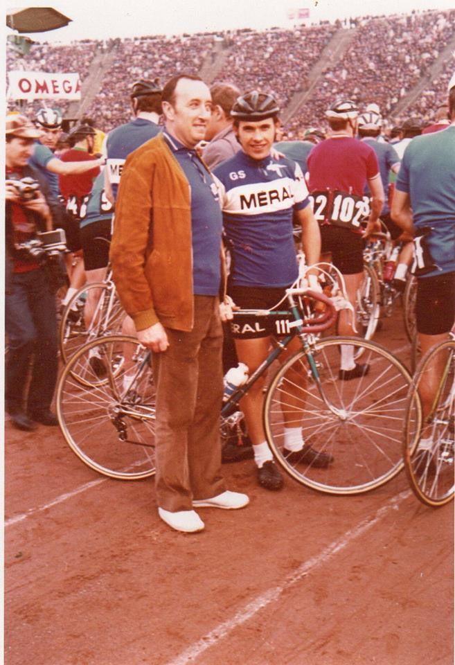 Francis QUILLON avec Louis DELAVAULT de Poitiers, ancien vélociste et représentant Méral, au stade de Varsovie avant le départ de la course.