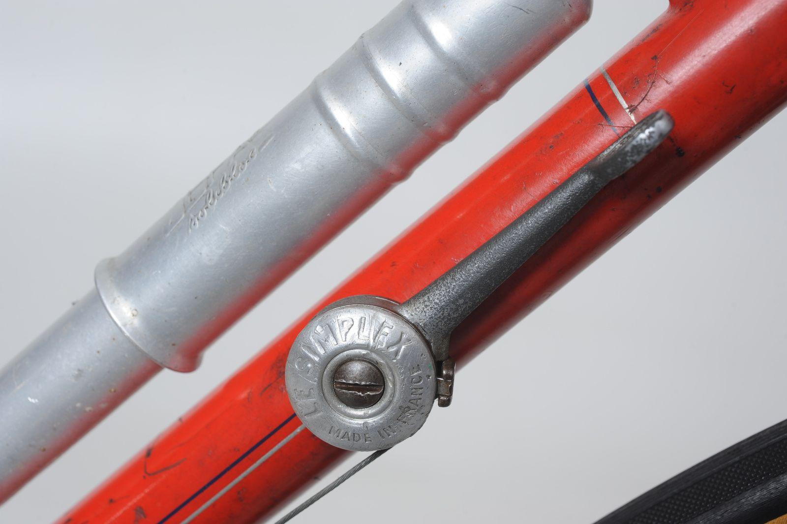Tube diagonal avec son levier de changement de vitesses et sa pompe.