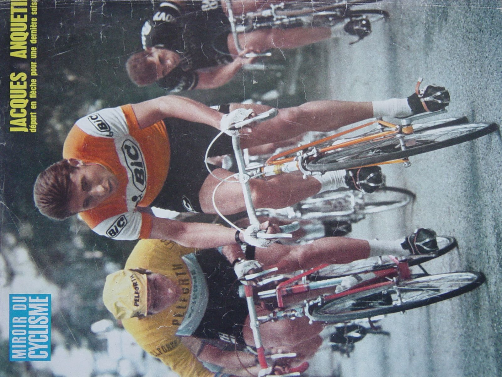 A ses côtés le Français Jean Vidament (Pelfort Sauvage Lejeune) en maillot jaune.