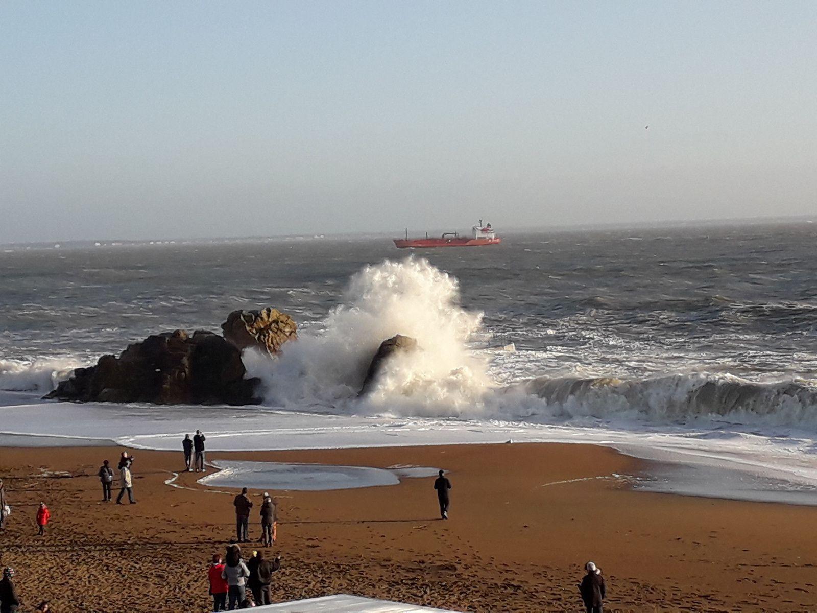 plage de st Marc , belles vagues sur le rocher de l'ours