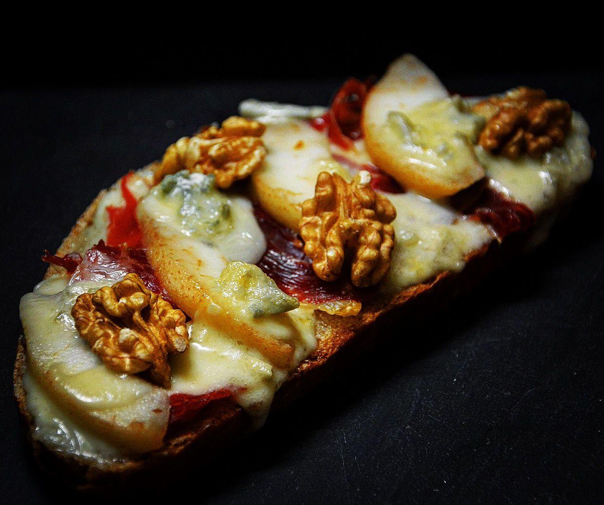 Tartine jambon, poire et gorgonzola