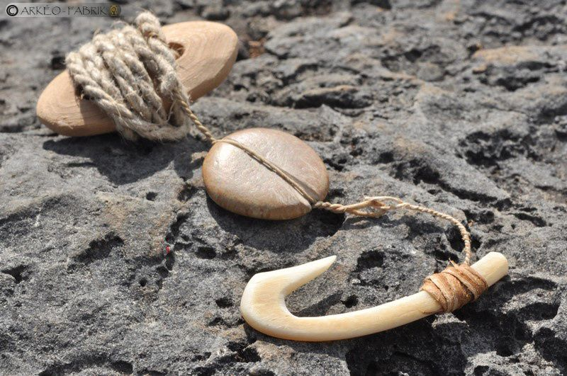 Hameçon en os avec ligne, petit poids de ligne en pierre et flotteur en écorce.