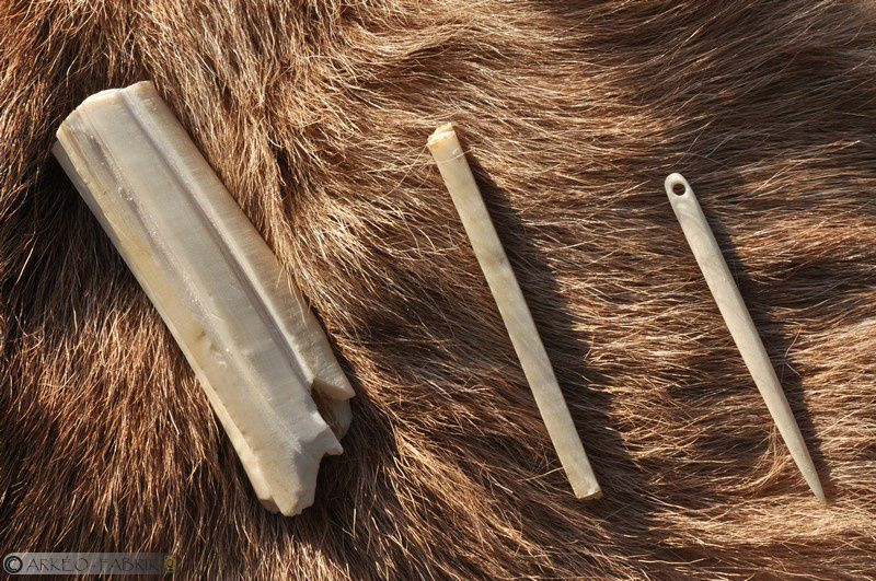 Chaîne opératoire de fabrication d'une aiguille à chas en os, Magdalénien, réalisation pour le Musée de Préhistoire du Grand-Pressigny.