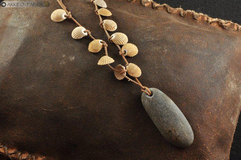 Parure avec pendeloque en galet de pierre dure et coquillages fossiles, Paléolithique supérieur, réalisation pour le Musée de Préhistoire du Grand-Pressigny.