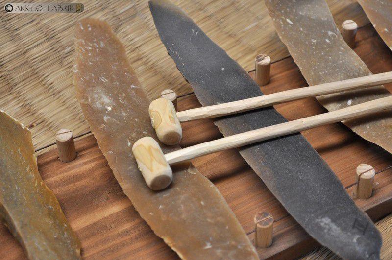 Lithophone, lames de silex, support et baguettes en bois