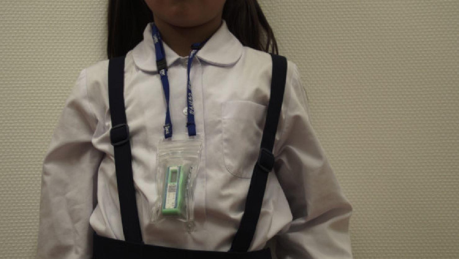 Enfant portant un dosimètre dans la préfecture de Fukushima (Photo Alain de Halleux)