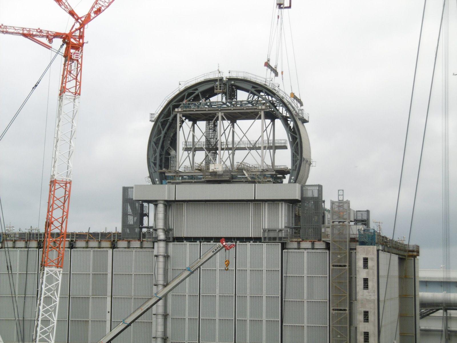 Couverture assemblée sur un huitième du bâtiment (photo Tepco)