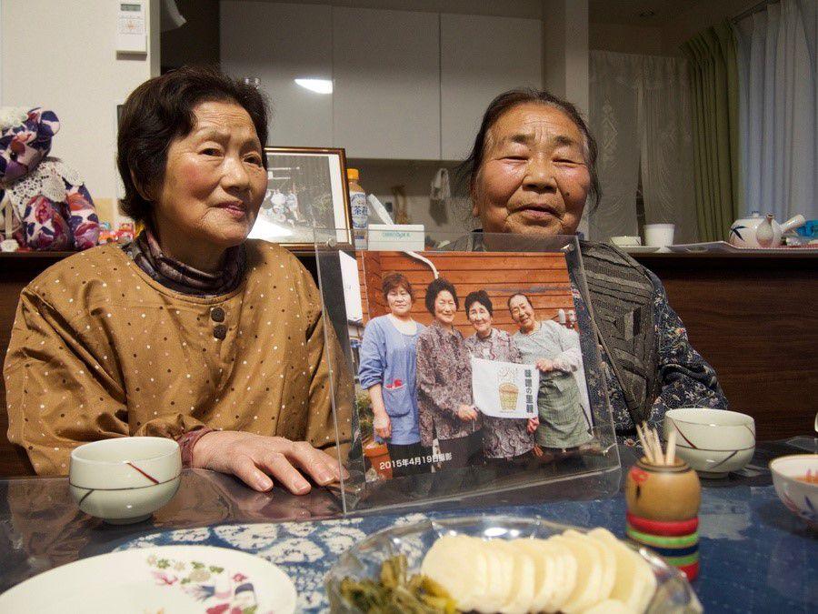 ©Cécile Brice - Mme Eikô Kannô est revenue vivre dans son village natal d'Iitate avec son amie d'enfance. Elles nous montrent une photo d'avril 2015 sur laquelle toutes deux figurent accompagnées d'anciennes voisines de la cité de logements provisoires où elles ont résidé durant sept années