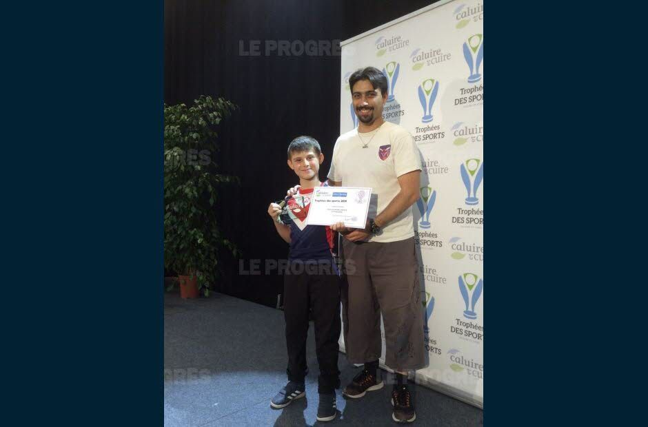 Julien, accompagné de son fils Alexis,vient de recevoir le trophée de la ville de Caluire et Cuire (Photo de Sylvain PIALOT, correspondant du quotidien LE PROGRÈS