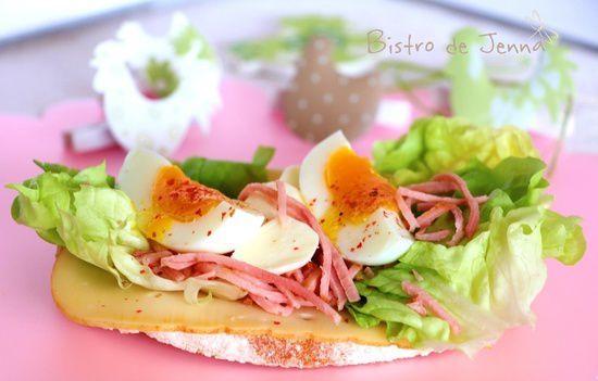 Tartine aux oeufs, jambon fume et fromage Fol Epi- Kanapka z jajkiem na twardo, wedzona szynka i serem zoltym fol Epi