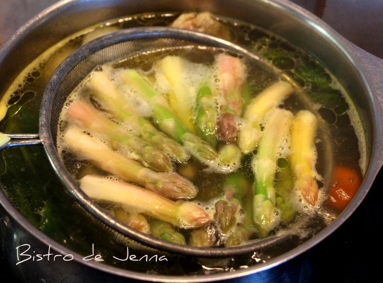 Les pointes d'asperges je les est fait cuir dans mon bouillon 8 minutes avec un chinois.