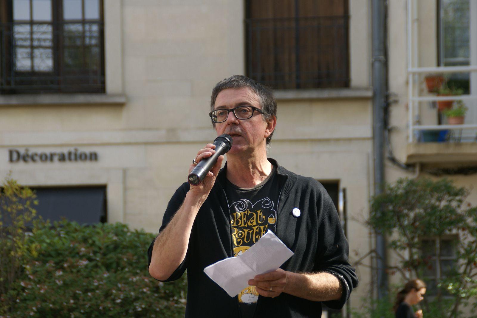 Hervé Delouche lisant le texte deHervé le Corre sur la place de la mairie de Villeneuve lors de la remise des trophées