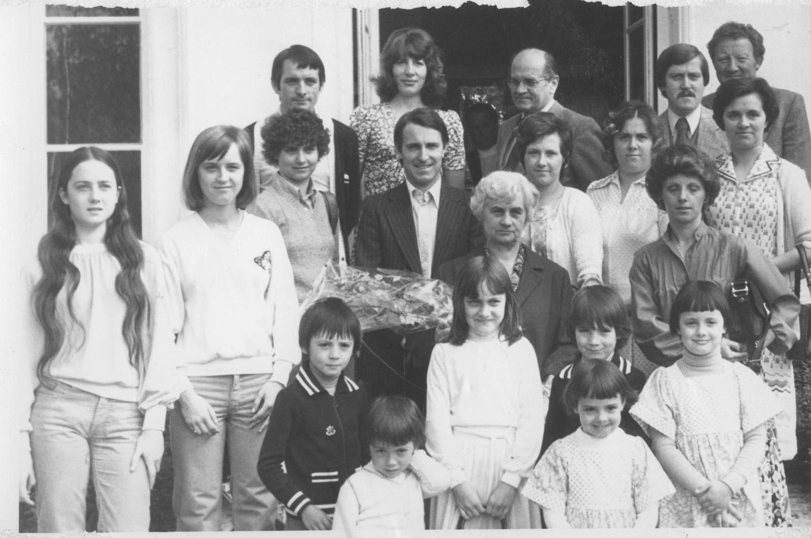 Roger Leroux, en haut, regardant vers sa droite, sur le degré de l'hôtel de ville en compagnie des récipiendaires de la cérémonie de la fête des mères de 1979 (photographie des archives municipales).