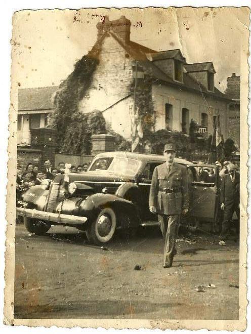 Le Général de Gaulle acclamé par les Archépontains devant l'hôtel d'Elbeuf (merci à Josiane Chêne-Azuara y oro).