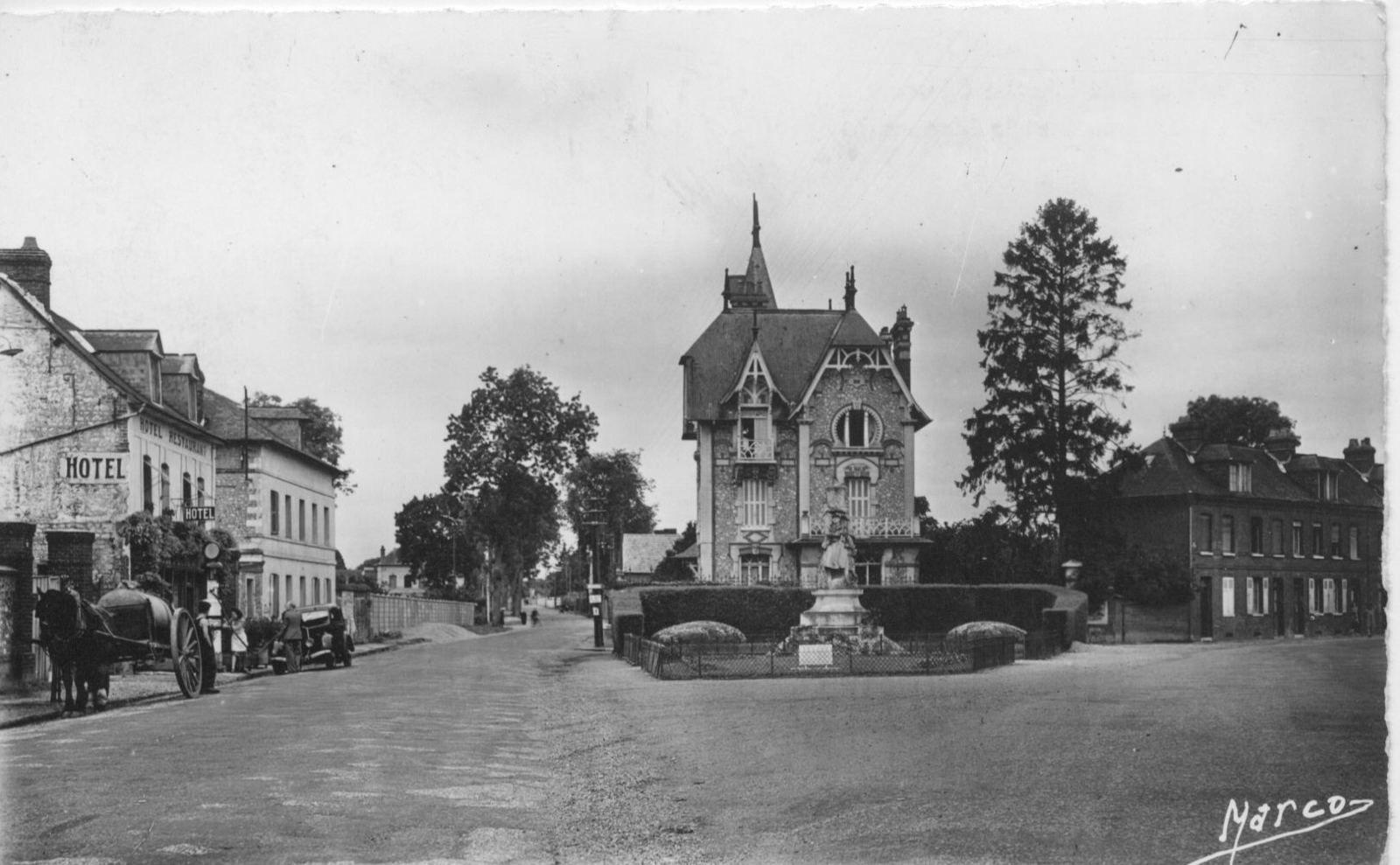La route d'Elbeuf, future rue Général-de-Gaulle, sur une carte postale datant des années 1910.