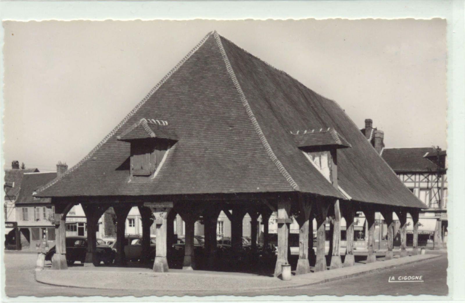 La halle de Lyons-la-forêt fournit peut-être une idée de ce qu'était la halle de Pont-de-l'Arche avant 1780 avec des dimensions sûrement plus réduites, toutefois. Carte postale des années 1950.