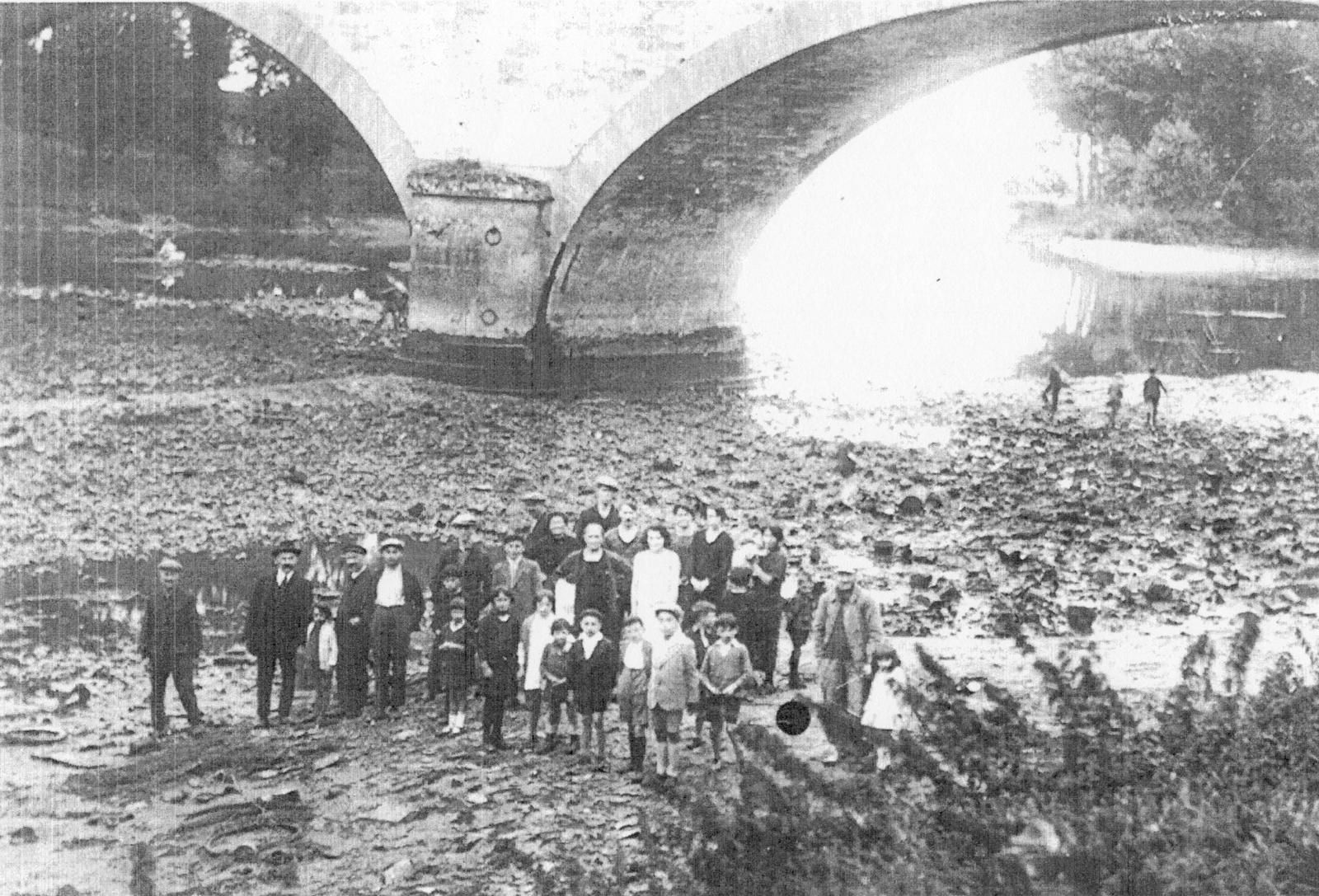 Le niveau réel des eaux devant Pont-de-l'Arche sans retenue en aval et suite aux dragages du lit de la Seine. Ici le 16 février 1929 des Archépontains posent sur le lit sec suite à la rupture accidentelle du barrage de Martot (photographie de Joseph Du Buisson ou bien de sa collection personnelle).
